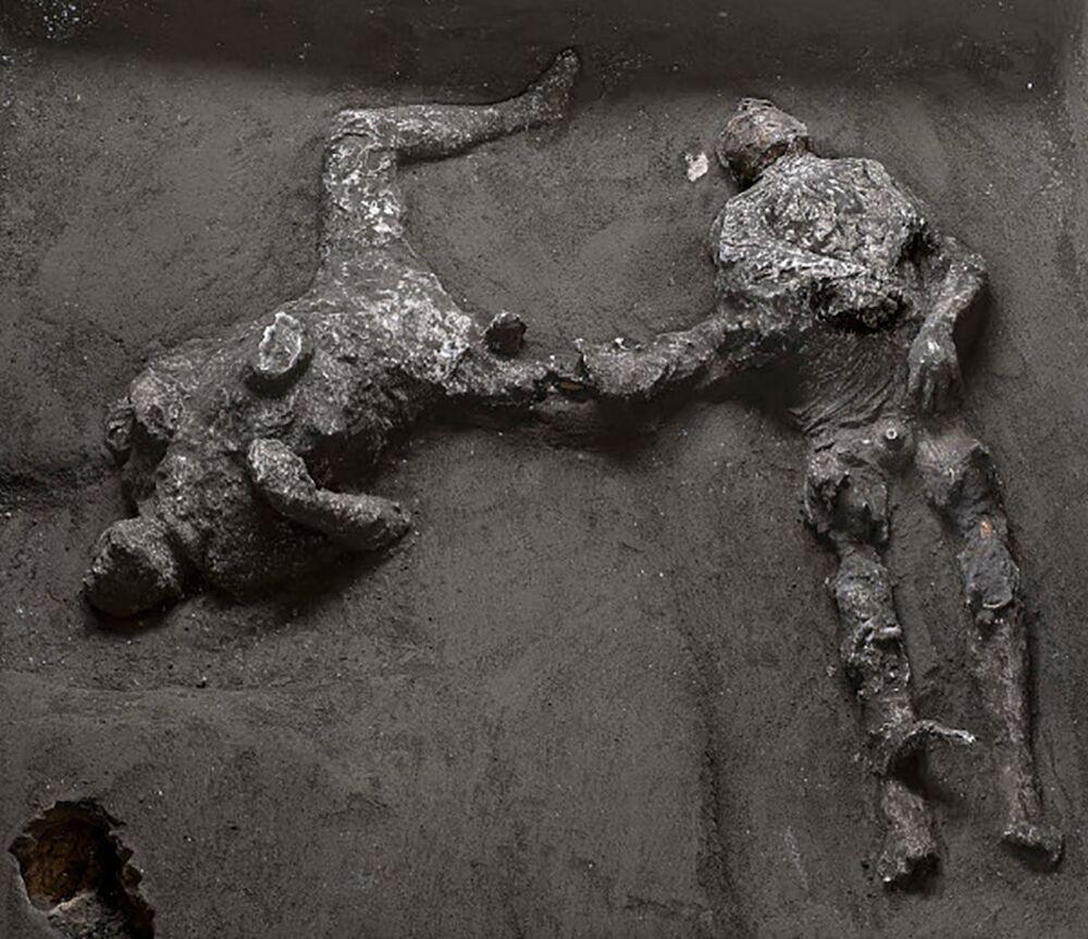 Restos perfeitamente conservados de duas pessoas foram encontrados durante escavações a aproximadamente 700 metros da antiga cidade romana de Pompeia