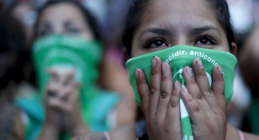 Ativistas pró-aborto acompanham votação de projeto de lei na Câmara dos deputados, Buenos Aires, Argentina, 11 de dezembro de 2020