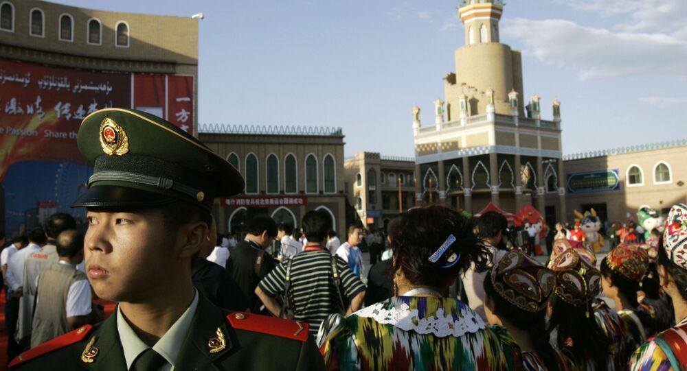 Multidão na Praça de Aitigar, na província de Xinjiang