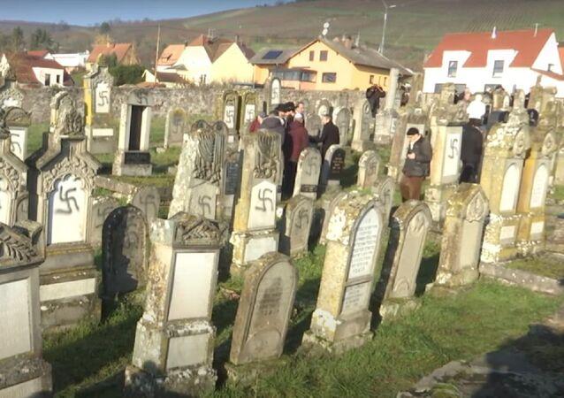 Mais de cem lápides são pichadas com suásticas em cemitério na França