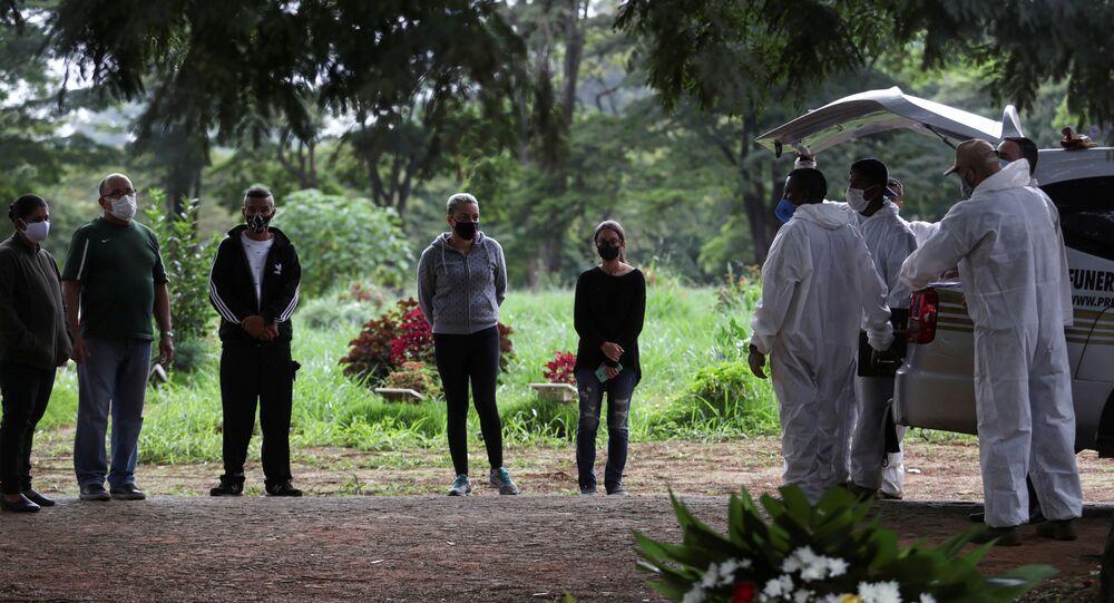 Enterro de Querubim Bispo de Souza, vítima da COVID-19, no Cemitério de Vila Formosa, em São Paulo, em 25 de dezembro de 2020