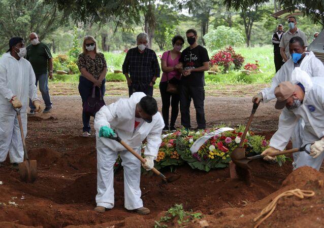 Parentes enterram vítima da COVID-19 no cemitério Vila Formosa, em São Paulo (arquivo)