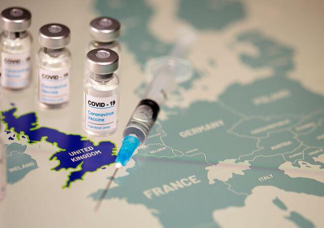 Frascos de vacinas contra a COVID-19 e uma seringa sobre um mapa da Europa