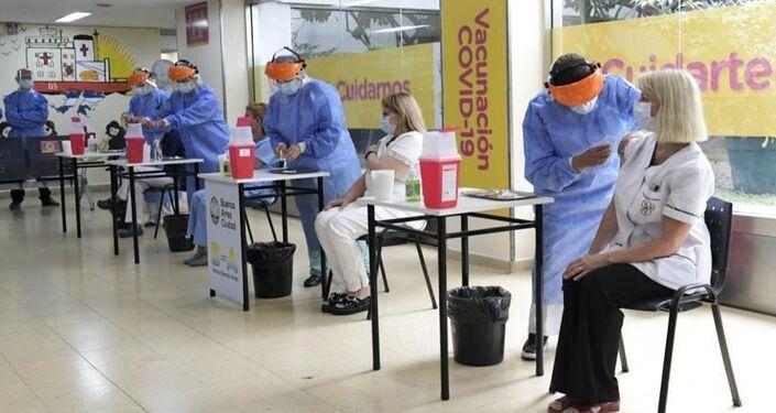 Agentes da Saúde são vacinados com a vacina russa contra COVID-19, Sputnik V, em Buenos Aires, Argentina, 29 de dezembro de 2020