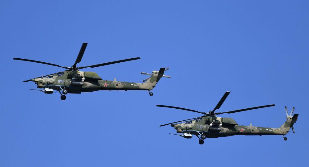Helicópteros Mi-28N durante exercícios militares no campo de treinamento Rayevsky em Novorossiysk, Rússia