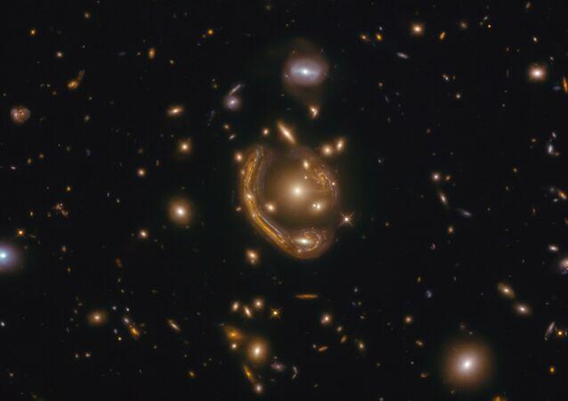 Galáxia GAL-CLUS-022058s é o maior e um dos mais completos anéis de Einstein descobertos em nosso Universo. Devido à aparência ardente, NASA o chamou de anel derretido