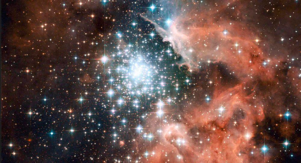 Milhares de brilhantes estrelas jovens estão aninhadas dentro da nebulosa gigante NGC 3603, um dos maiores enxames de estrelas jovens na Via Láctea