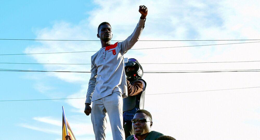 A estrela pop de Uganda e candidato à presidência Robert Kyagulanyi, também conhecido como Bobi Wine, faz campanha perto de Kampala, Uganda