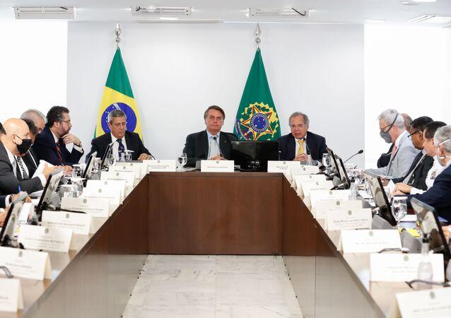 Jair Bolsonaro, presidente do Brasil, e Paulo Guedes, seu ministro da Economia, durante reunião do Conselho de Estratégia Comercial da Câmara de Comércio Exterior (CAMEX), em 9 de dezembro de 2020