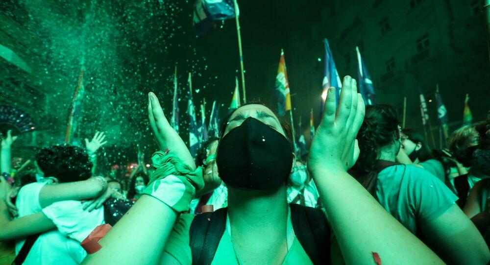 Reação de uma apoiadora à legalização do aborto na Argentina após votação do Senado em Buenos Aires em 30 de dezembro de 2020