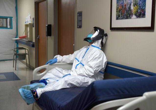 Agente da Saúde descansa durante turno em hospital em Houston, Texas, EUA, 30 de dezembro de 2020