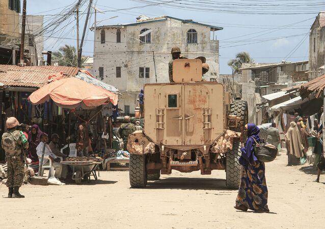 Soldados de missão de manutenção da paz da União Africana patrulham em Merka, costa do sul da Somália, 19 de setembro de 2019
