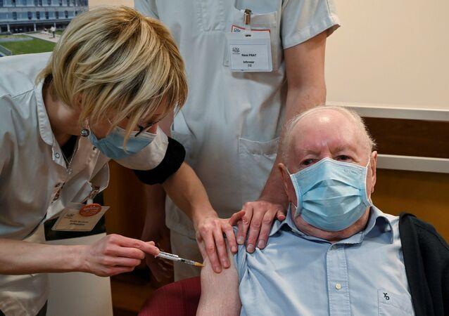 Homem recebe dose da vacina contra coronavírus em Dijon, na França (foto de arquivo)