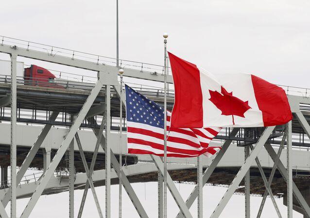 Caminhão cruza a ponte Blue Water, em Port Huron, Ontário, na fronteira Canadá-EUA, que será fechada para tráfego para conter a COVID-19
