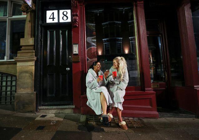 Duas mulheres comemoram o Ano Novo em meio à pandemia de COVID-19, em Newcastle, Reino Unido