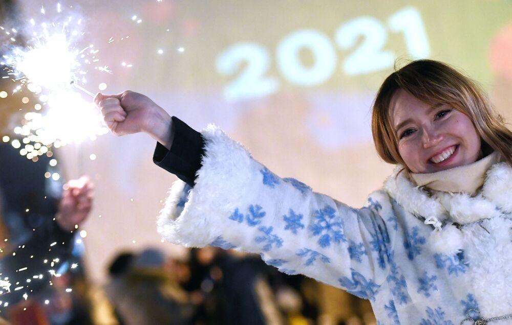 Adolescente comemora Réveillon na pista de patinação Cisne Negro, em Kazan, Rússia