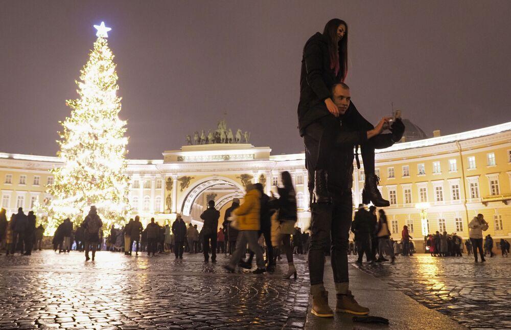 Casal tira selfie na Praça do Palácio, em São Petersburgo, Rússia, durante a celebração do Ano Novo