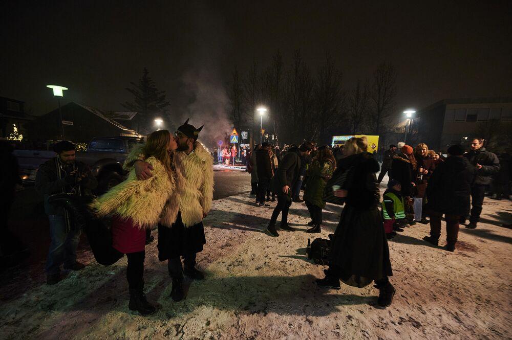 Os islandeses celebram a véspera de Ano Novo e esperam um 2021 mais brilhante com fogos de artifício iluminando o céu em Reiquiavique, Islândia, em 31 de dezembro de 2020