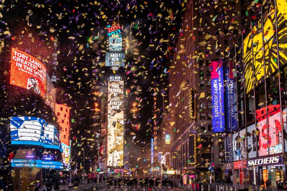 Confetes voam próximo do relógio com contagem regressiva durante as comemorações de Réveillon na Times Square, Nova York, EUA