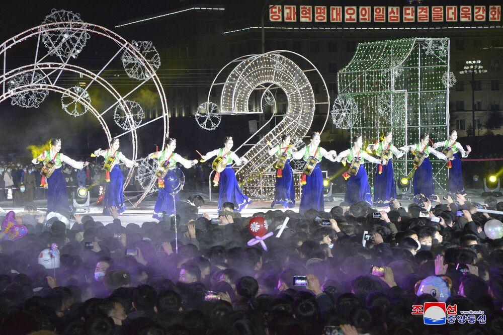 Pessoas comparecem às celebrações de Ano Novo em Pyongyang nesta foto fornecida pela Agência Central de Notícias da Coreia (KCNA, na sigla em inglês) do Norte  em 1º de janeiro de 2021