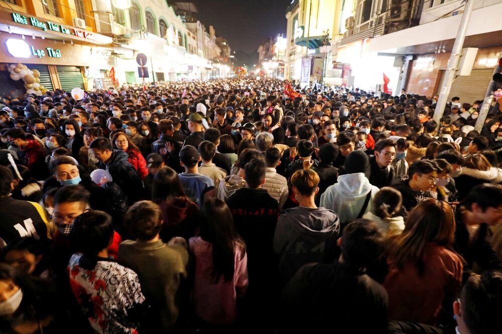 Pessoas se reúnem em rua durante as celebrações da véspera de Ano Novo em meio à pandemia do novo coronavírus, em Hanói, Vietnã, em 1º de janeiro de 2021