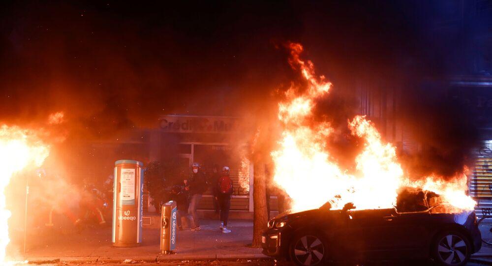 Carro queimado durante protesto em Paris, França, 5 de dezembro de 2020