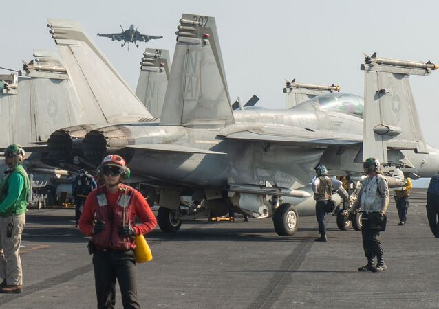 Aeronaves F/A-18F Super Hornet no porta-aviões USS Nimitz da Marinha dos EUA, no norte do mar Arábico, 8 de dezembro de 2020