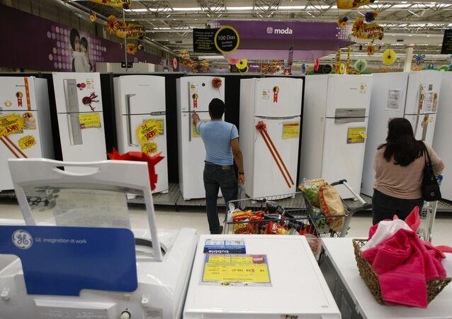 Consumidor confere preço de geladeira na cidade de São Paulo