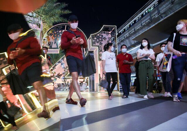 Tailandeses num shopping center de Bangcoc no dia 31 de dezembro de 2020