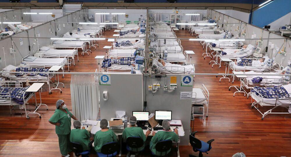 Equipe médica passa a virada do ano em hospital em Santo André, em São Paulo, em ala para pacientes com COVID-19