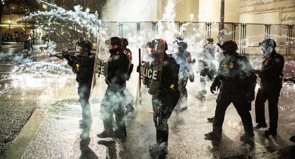 Polícia federal dos EUA enfrenta manifestantes no centro de Portland, Oregon, EUA, 31 de dezembro de 2020