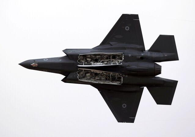 Caça F-35 da Força Aérea de Israel voa durante demonstração aérea sobre a base aérea Hatzerim, no sul de Israel, 27 de dezembro de 2017