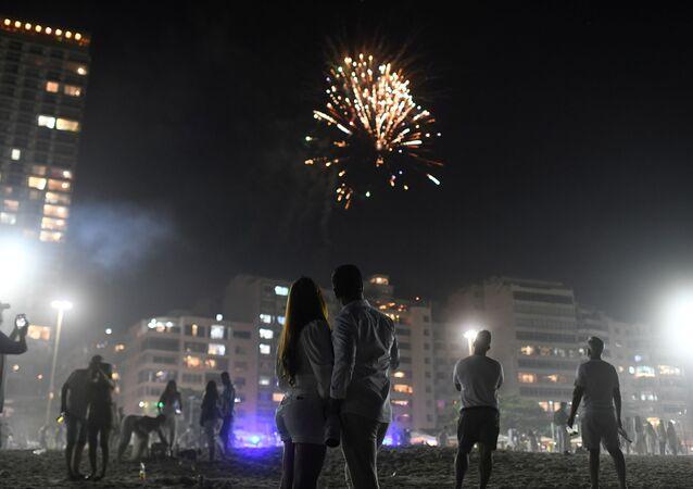 Casal celebra Ano Novo na praia de Copacabana no Rio de Janeiro, Brasil, 1º de janeiro de 2021