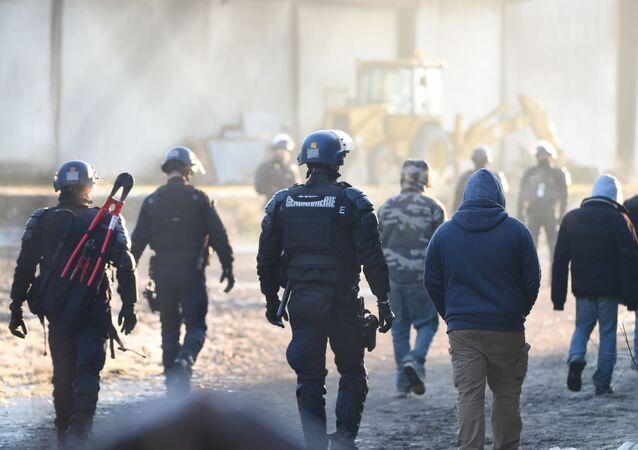 Policiais franceses acabam com rave clandestina em Lieuron, na Bretanha, no noroeste da França.