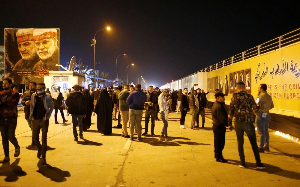 Pessoas se aglomeram em Bagdá para relembrar a morte do major-general iraniano Qassem Soleimani e do líder da milícia xiita iraquiana Abu Mahdi al-Muhandis