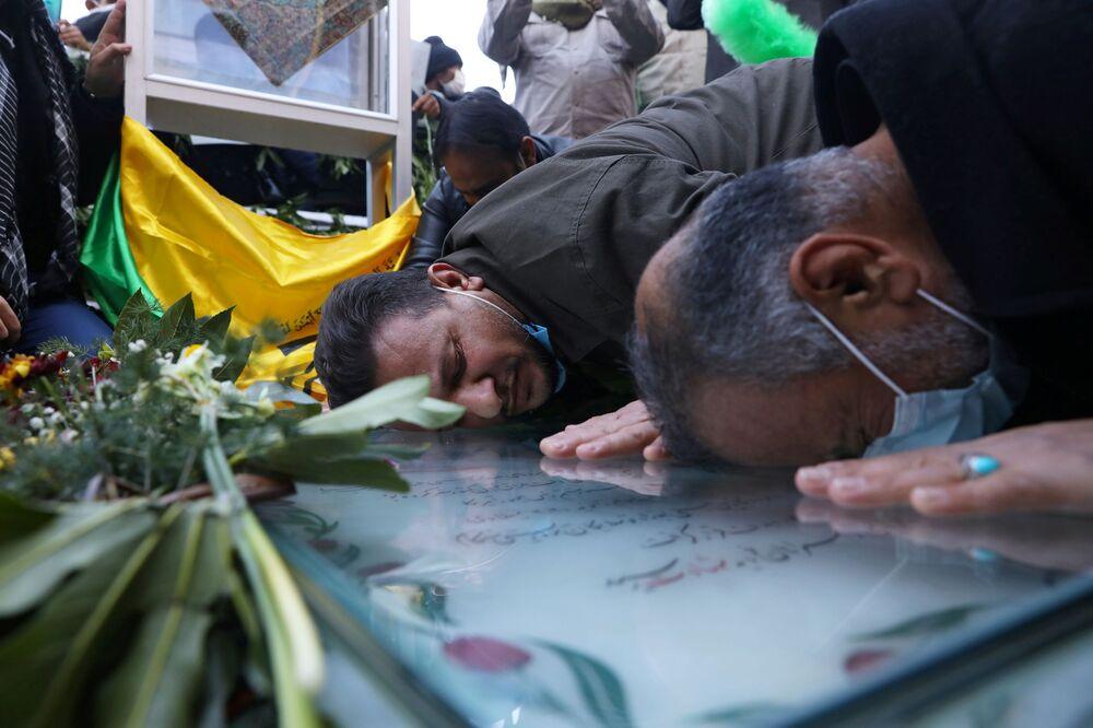 Major-general iraniano Qassem Soleimani é homenageado em sua sepultura em Kerman, Irã, pelo aniversário de um ano de seu assassinato, 2 de janeiro de 2021