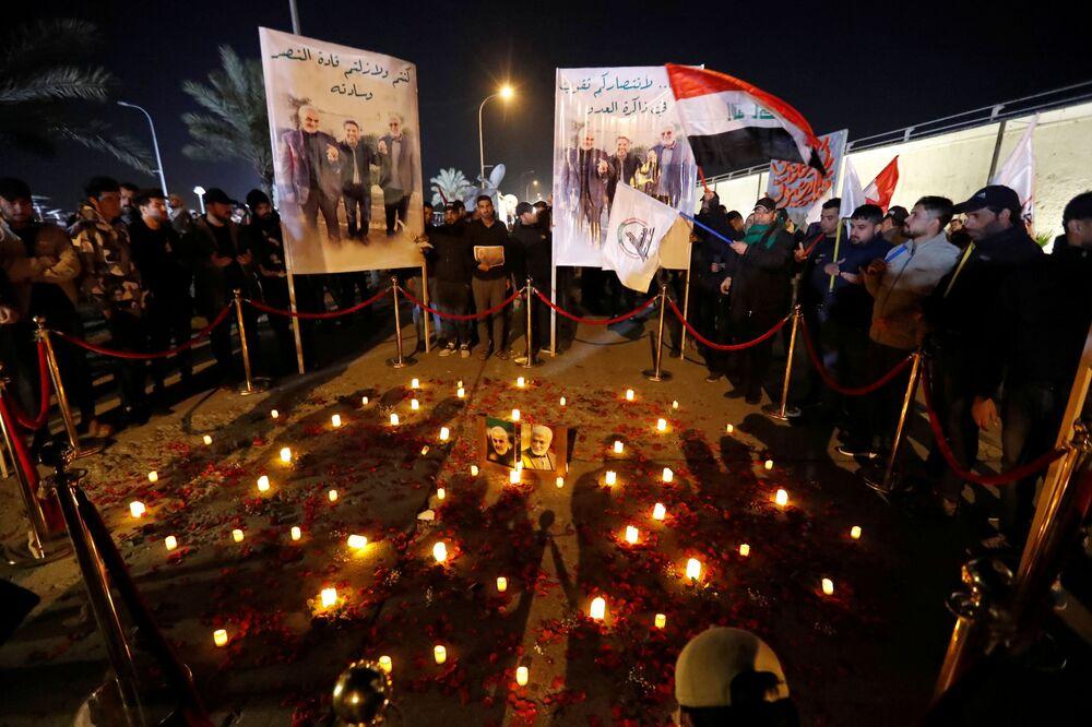 Iraquianos põem velas no chão e lembram o ataque norte-americano que matou o major-general iraniano Qassem Soleimani e o líder da milícia xiita iraquiana Abu Mahdi al-Muhandis