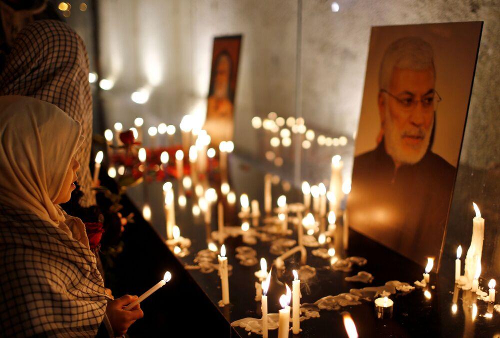 Pessoas acendem velas em homenagem ao major-general iraniano Qassem Soleimani e ao líder miliciano iraquiano Abu Mahdi al-Muhandis