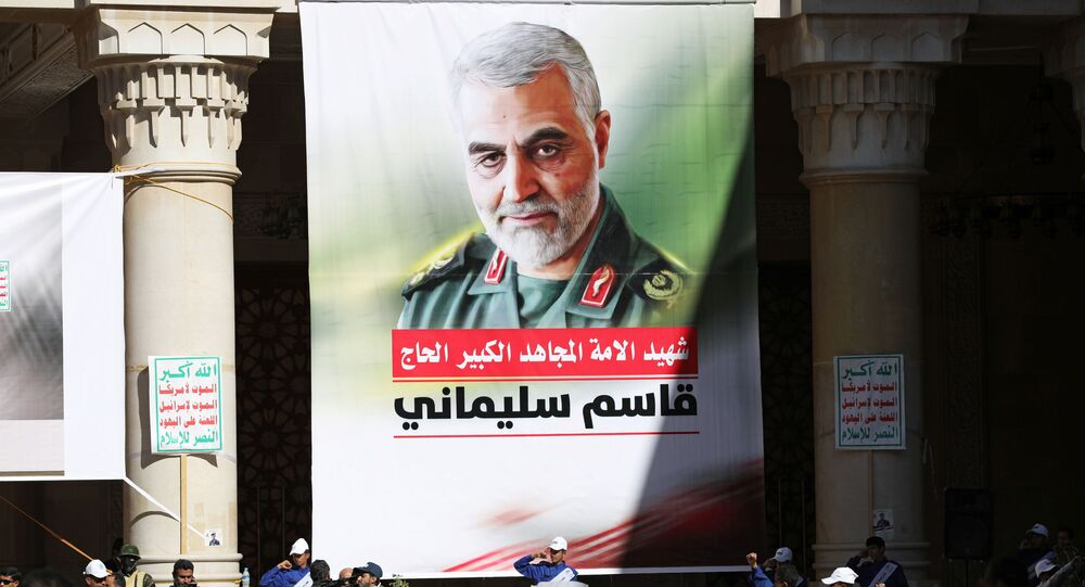 Pessoas participam de vigília que marca um ano do assassinato do comandante militar iraniano, general Qassem Soleimani, e do chefe da milícia xiita iraquiana, Abu-Mahdi al-Muhandis