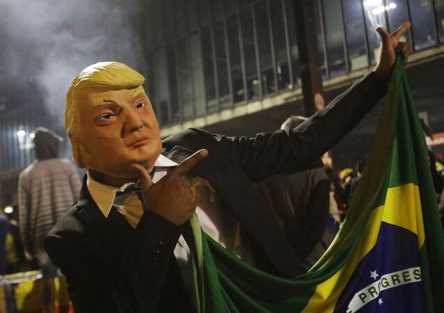 Apoiador do candidato presidencial Jair Bolsonaro usa uma máscara representando o presidente dos Estados Unidos Donald Trump durante as comemorações na Avenida Paulista, em São Paulo