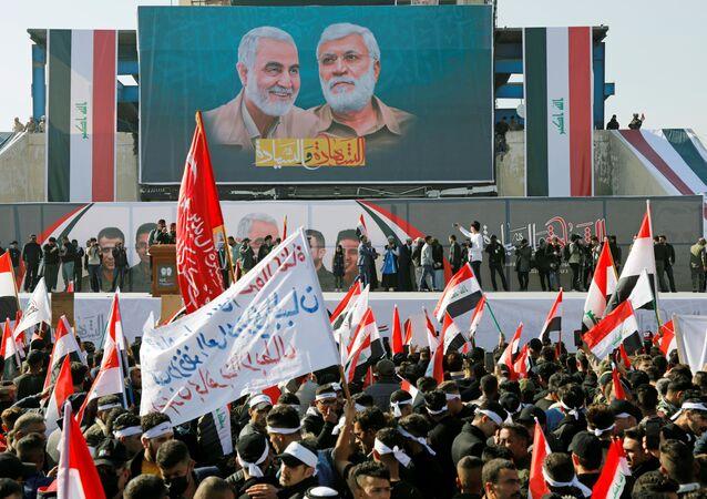 Manifestação de apoiadores das Forças de Mobilização Popular no centro de Bagdá, Iraque, 3 de janeiro de 2020
