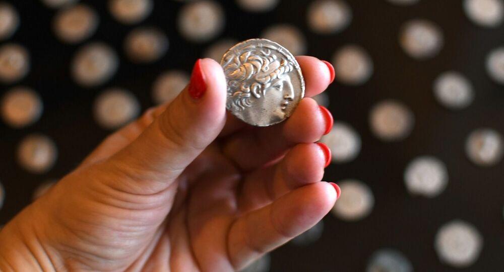 Moeda da era de Roma Antiga descoberta entre as várias antiguidades roubadas