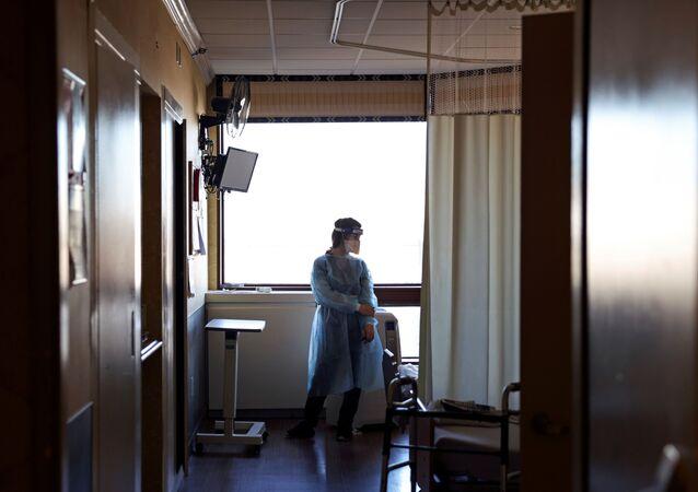 Agente da Saúde prepara doses de vacina contra a COVID-19 a serem administradas em asilo para idosos, em Nova York, EUA, 4 de janeiro de 2020