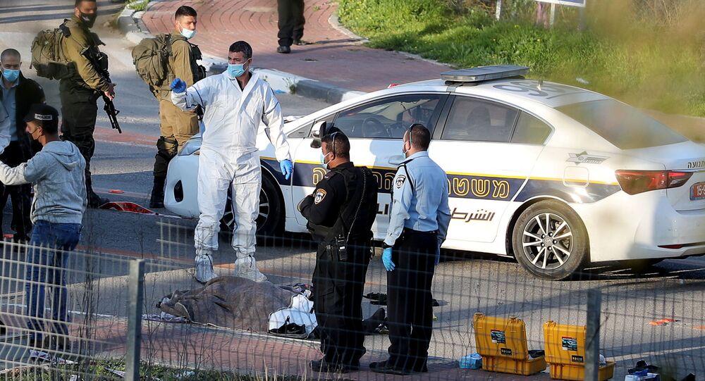 Cadáver de uma pessoa é visto coberto no chão no local de um incidente, perto da cidade palestina de Belém, na Cisjordânia ocupada por Israel