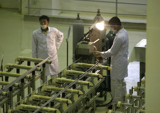 Técnicos iranianos trabalham em uma instalação de produção de combustível de urânio para um reator nuclear