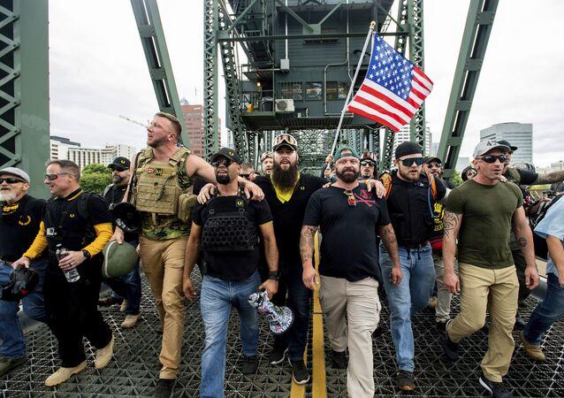 Membros dos Proud Boys marcham pela ponte Hawthorne durante uma manifestação sob o lema End Domestic Terrorism (Pare Turismo Doméstico), em Portland