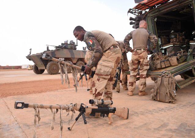 Soldados franceses organizando equipamentos na região de Gao, no norte do Mali (arquivo)