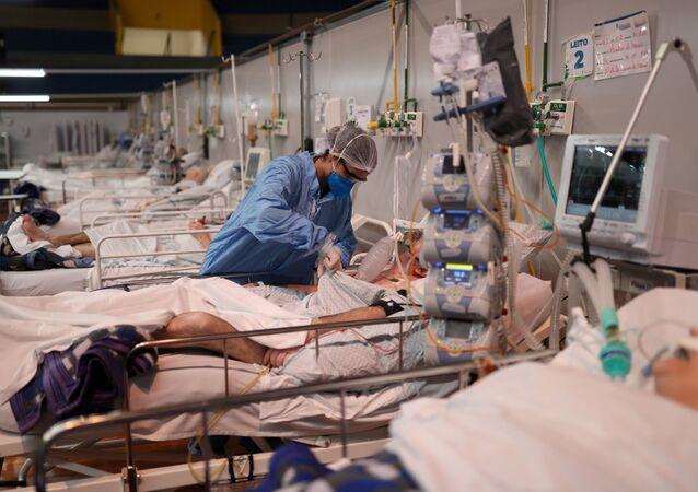 Enfermeira atende paciente com coronavírus em hospital de campanha Santo André, em São Paulo