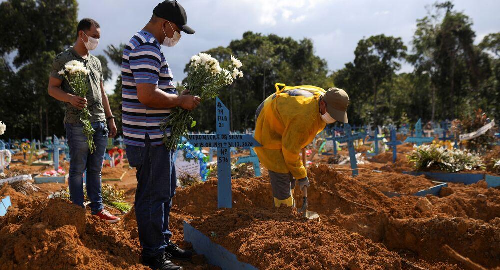 Familiares enterram corpo de vítima da COVID-19 em Manaus, no Amazonas.