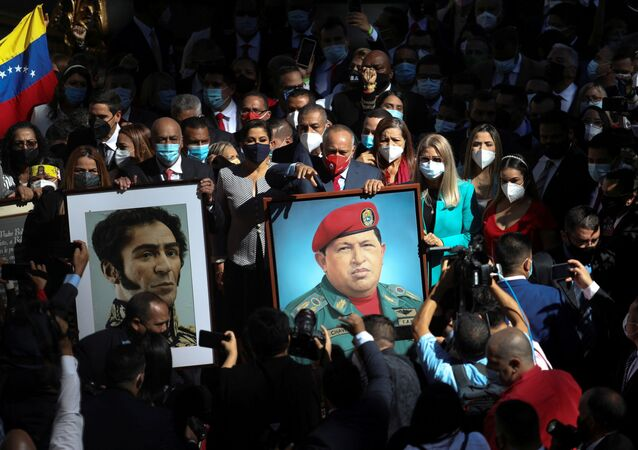 Diosdado Cabello segura foto de Hugo Chávez na posse dos novos deputados da Assembleia Nacional da Venezuela